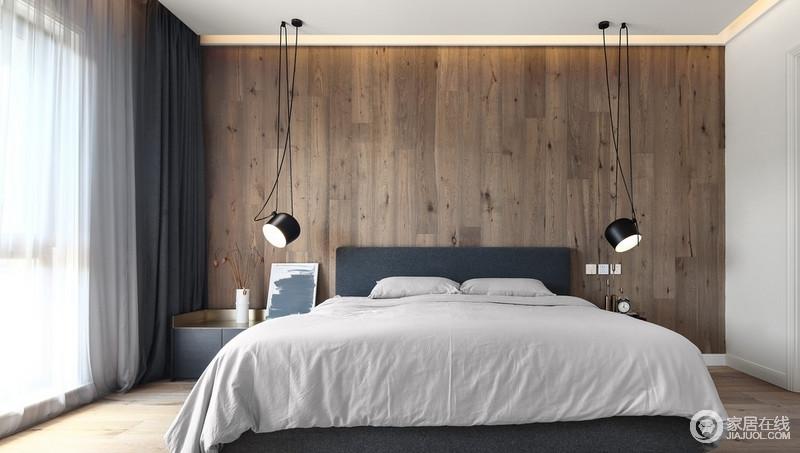 卧室以木板上墙的方式装饰背景墙,和地板一个色系,整个空间更加和谐朴质、沉稳;简约地床头柜搭配吊式铁艺台灯,装饰出空间的温馨,而白色床品与之相融,构成空间的简单和温馨。