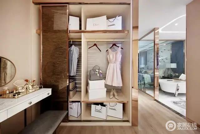 空间开放式的格局更为畅通,衣帽间藏在卧室内,位于浴室的另一侧,置物架因为金属边框的装饰更显精致,白色梳妆台搭配灰色软凳满足日常之用,同时色彩反差之中,彰显空间美学。