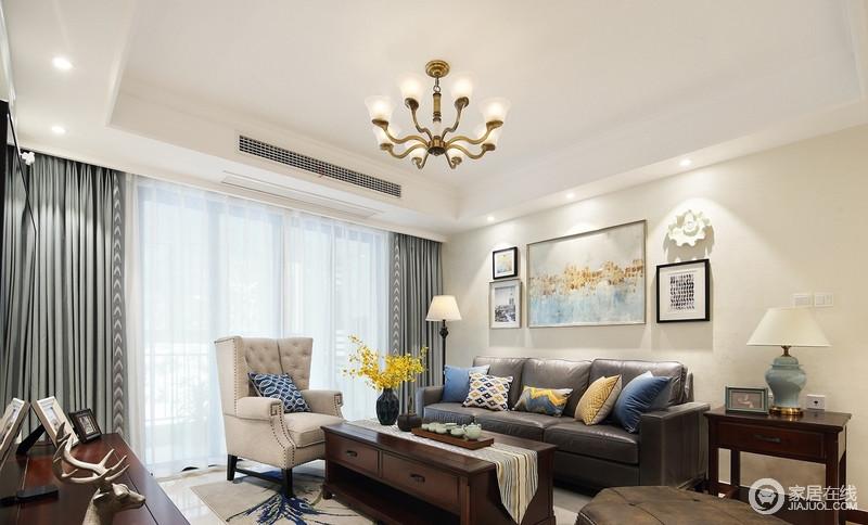 窗帘和装饰画,包括抱枕的搭配上,以湖绿为主色调,配上姜黄、湖蓝这些互补又相融的颜色,让客厅变得时尚悦动,也更加的年轻。