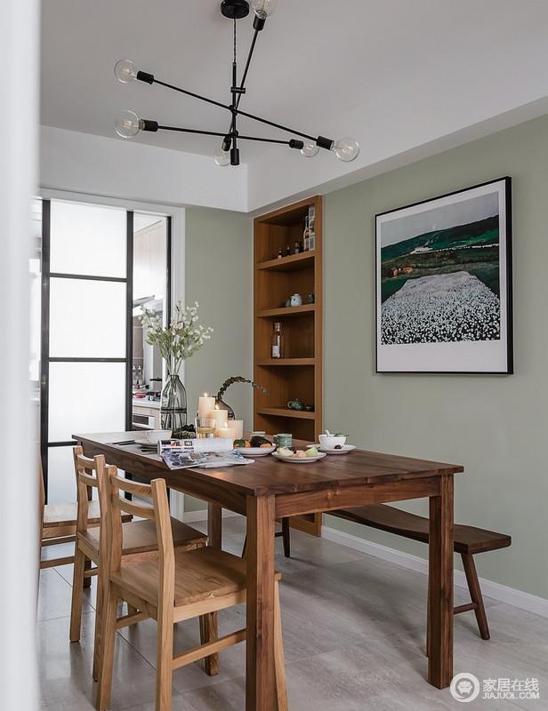 餐厅即使不开灯,采光也非常充足,这得益于客餐厅与厨房的相通,桌面插花与乡村田园壁画相互呼应,木质餐桌的加入给人返璞归真之感;餐边柜设计师索性把其嵌入墙体,增加实用功能的同时节省空间。