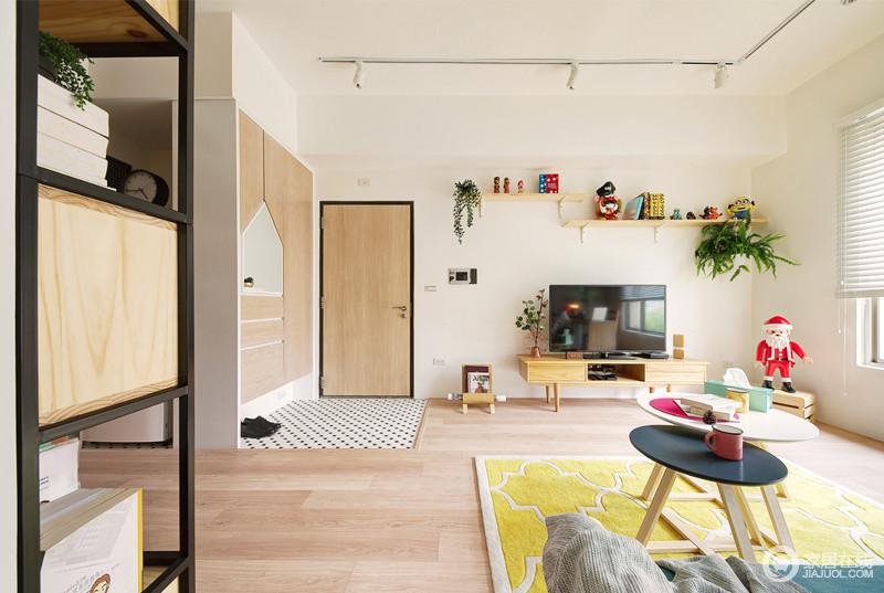 客厅米色漆粉刷墙面,与空间内的原木家具形成和气,满是自然的温实;而原木板材打造得储物柜嵌入式设计,让收纳也成为一种艺术;入口处的地砖以黑白色装饰出家的时尚。