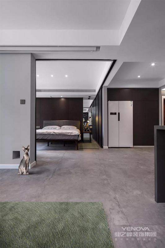 主卧的地面可客厅一致的灰色地砖,结合深棕色的床头背景墙、还有侧边黑色的衣柜,整体显现出一个稳重而时尚的氛围感。