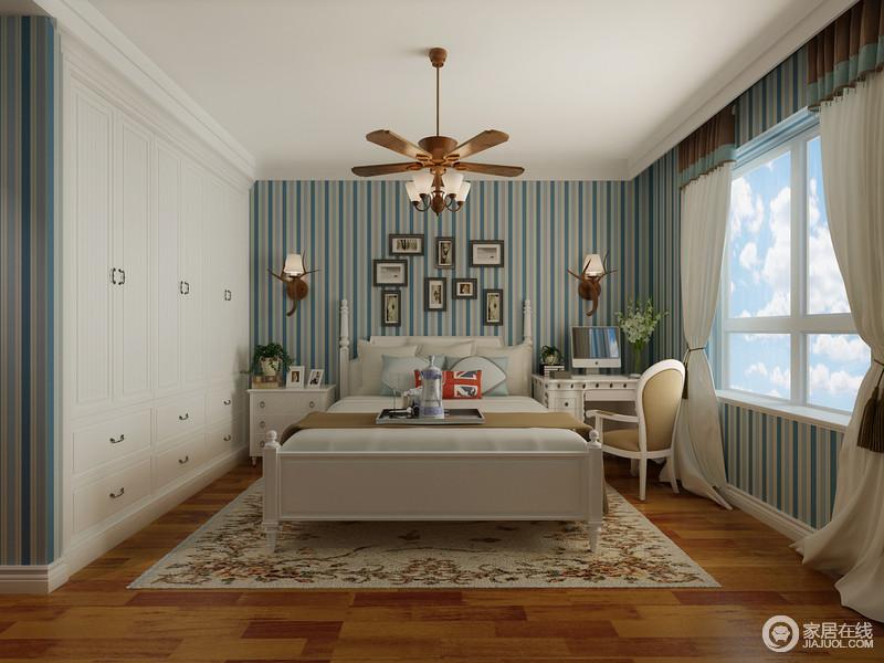 蓝白条纹的跃动活泼,大面积的铺展在儿童房墙面上,为空间带入清爽活力;白色的衣柜被安排入墙,规整中收纳能力强劲;风扇吊灯与鹿角壁灯及花纹地毯,为空间装点出素简自然的质朴,呼应家居格调。