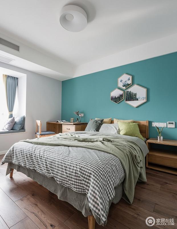 整个空间选用了高纯度的蓝绿色和白色为基底,加上几幅挂画形成了一道独特的风景线,家具的选用的材质为轻盈的木质与整体相融,营造出空间舒适又不失活力的平衡性。