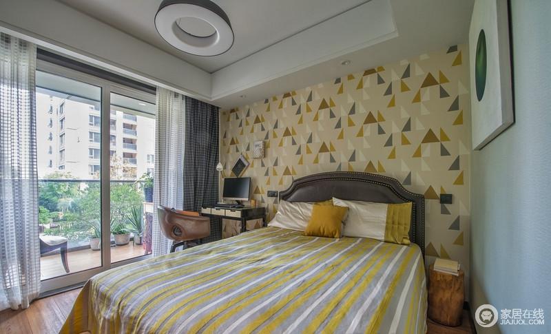 卧室以三角形几何墙纸装饰,搭配黄白灰条纹床品,装饰出空间的温馨,平衡了原本的蓝色漆墙面;圆形灯搭配圆形装饰画,木头床头柜,不仅增加了生活的格调,也让生活极为方便。