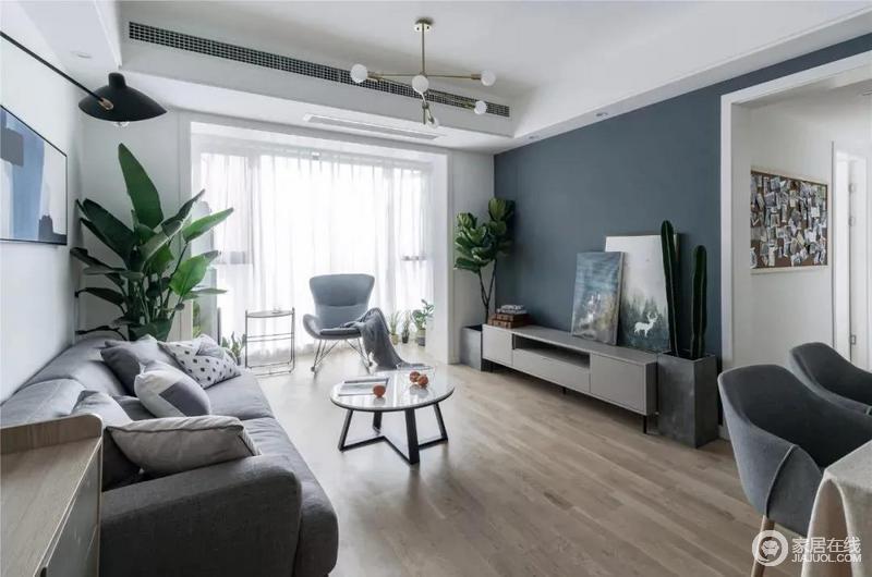 大面积的落地窗带来良好的采光效果,白色纱幔的轻飘和垂感搭配实木地板的朴质,构成一种天然之境;现代风和北欧艺术感的家具组合,陈列出层次和雅致,单人椅为主人构建了一个休闲区,很是惬意。