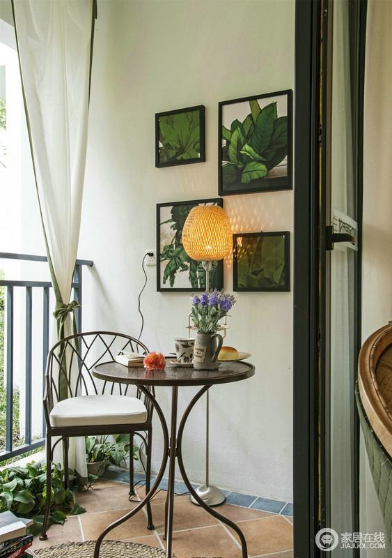 阳台上处的白墙与墙上悬挂得绿植画作,洋溢着田园的清新,美式铁艺圆几与单椅给予生活轻松与清新,白色窗帘垂直而下,轻巧而温馨。