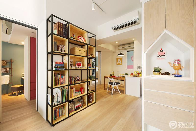 定制书柜,简约时尚,金属底座在木格的装配式设计中,凸显工业之美,也解决了收纳;半开放式的书房,简单的几件家具便让主人足够安适。