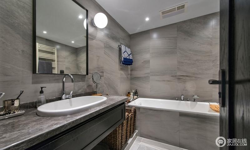 主卫做了大浴缸,对于有泡澡需求的人真的是不错的设计,会让沐浴变得更为惬意;瓷砖选择有纹理的石材样式,却以褐灰色的色调与盥洗台搭配,打造空间的耐磨感,更为朴质。