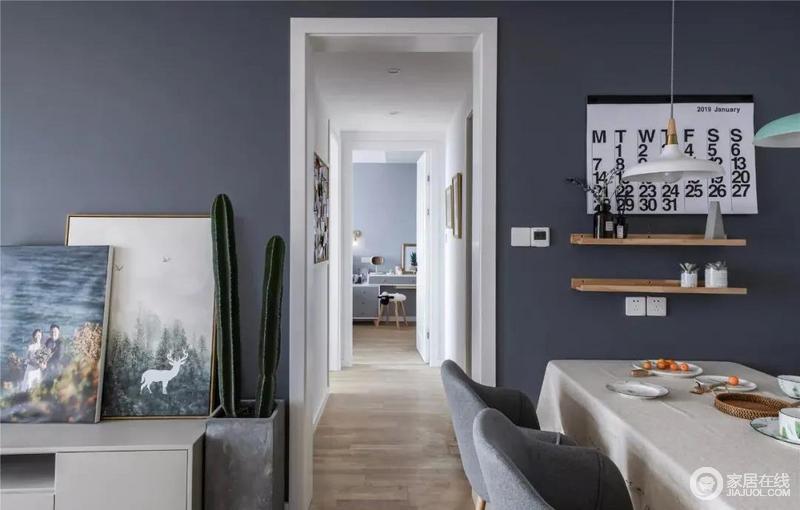 开放式的空间自造一种自在,灰蓝色背景墙穿过走廊的墙体一直延续到餐厅,通过走廊隔绝空间范围,让视觉空间更加宽广,增加空间视觉通透性,而蓝色的雅致也成为焦点,十分沉静和优雅。