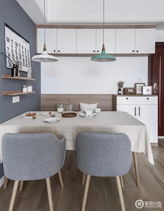 餐桌椅都是原木打造而成,卡座的设计更是节省了不少空间,与墙上的原木收纳支架,镌刻出朴质;白色和蓝色的墙面以色块化的设计,早就空间层次,令整个餐厅自然和静,透露着舒适之感。