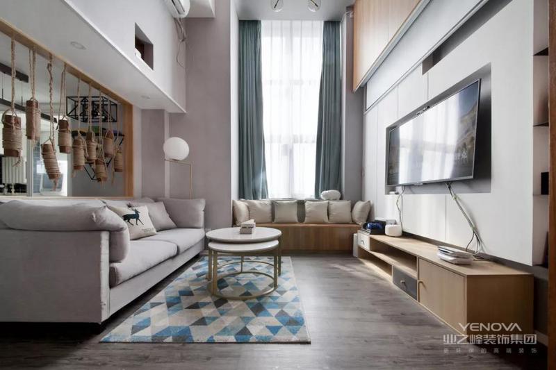 入户就是客厅的户型,客厅处做了挑高的设计,靠窗的地方还做了一排的飘窗柜,结合沙发来使用,客厅虽然不大,但功能齐全。