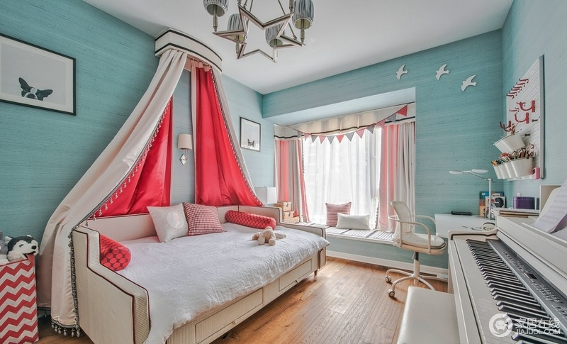 儿童房重点在这张波斯感极强的白粉系床上,给孩子打造了一个公主风的空间,在足够舒适的基础上,更填了不少复古的味道;蓝色调的墙面给生活带来一种清调,飘窗的柔粉色窗帘和三角形窗巾装饰,十分唯美;而书桌旁的钢琴,让生活多了些惬意。