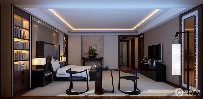 卧室在简洁的基础上,不管是白色吊顶、乳白色地毯还是咖色背景墙都以面状感的设计,让空间更为规整娴熟;床的两侧特意设计了定制书柜,与笔画旁的岸几裹挟出了东方意境,而憨态乖趣地边几、边柜组合以新中式的味道,延伸了东方之美。