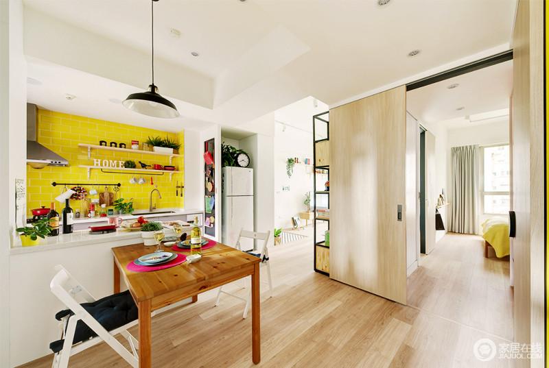 餐厅以半开放式的设计,让空间满是互动和自在;厨房内黄色瓷砖透着时尚,搭配原木餐桌和推拉门,给空间柔和与暖意;吧台的设计解决了两个空间分区的问题,层次之间,与家具组合出实用与简单,让生活更为踏实。