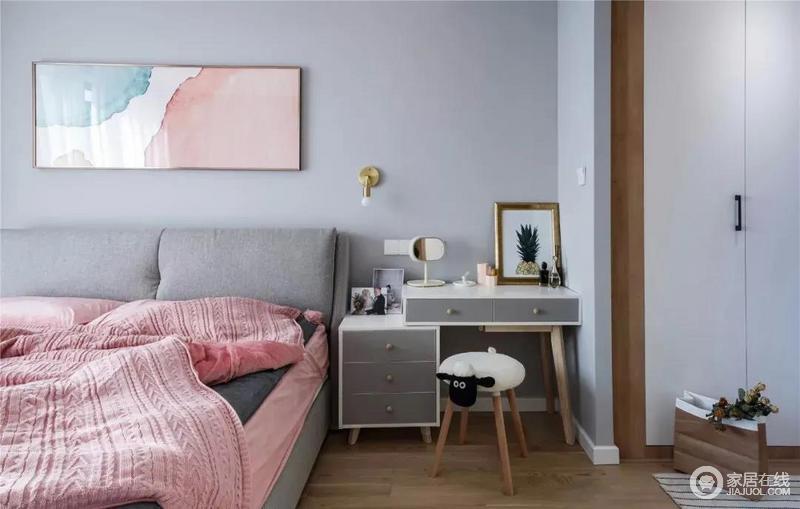 主卧以浅灰蓝为主调,床头装饰画也是同样浅色系的水彩画,搭配小巧的化妆桌,整个空间十分别致;粉色床品的甜美感与之组成生活的甜美。