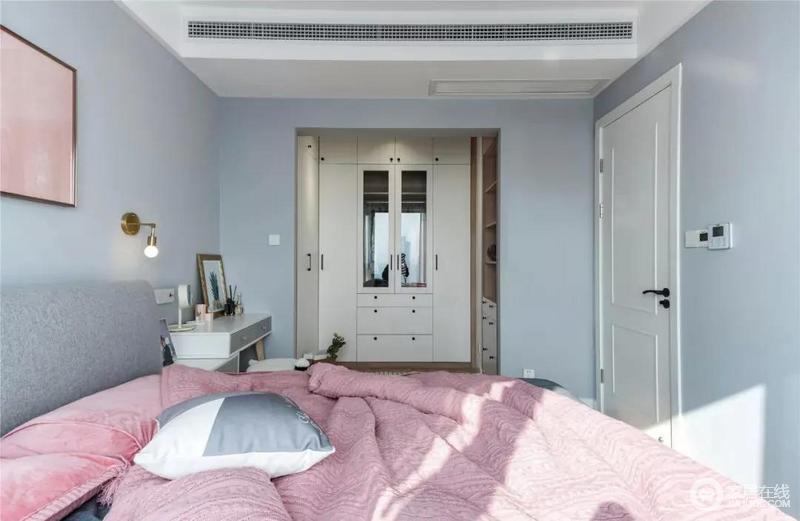 主卧有开放式衣帽间,增加空间储物能力的同时,也合理划分了空间,提高了空间实用性;淡蓝色的墙面渲染出阵阵清新感,而粉色床品镌刻出几分甜美,让生活愈发温馨。