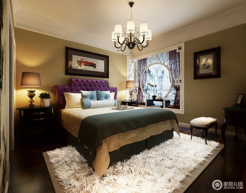 卧室中通过方圆木框打造了一个休闲区,营造出景中之居的概念;紫色床头和墨绿色床品时髦,白色羽毛质感的地毯让整个空间混搭出经典神秘感。