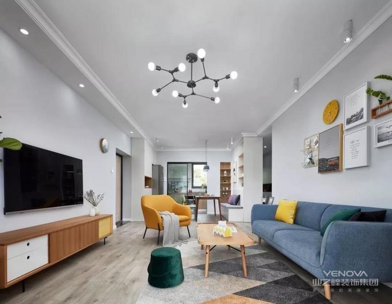 客厅,地面通铺原木色地板,干净利落的顶面安装北欧风吊灯,穿堂风在一个房子中,让空气对流,自然、舒适