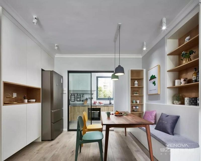 餐厅的卡座与餐边柜巧妙搭配,柜子的整体设计比例把鞋柜与冰箱完美融合