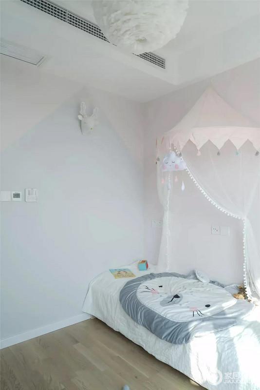 儿童房延续了主卧的色调,浅蓝色与白色的墙壁,与木质的地板搭配出小温馨;猫猫床给孩子营造一抹童话色彩,再加上纱幔的环绕更是显得十分唯美。