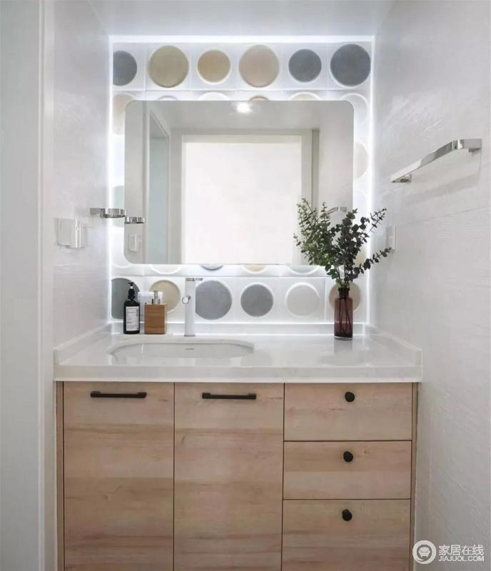 卫生间干湿分离,洗漱台充满了甜蜜与浪漫的色彩,白色与木色的经典搭配,让这个空间更加自然清新。