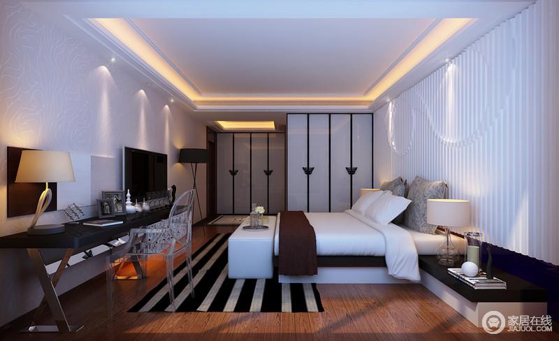 卧室线条简单,暖黄色的灯光作为装饰,让白色的吊顶都多了不少暖调;白色条纹的石膏背景墙与暗纹壁纸以不同的方式装饰着立面,缓解了褐色木地板的厚重;烤漆面的衣柜拉开距离的设计,凸显错落感,简洁实用;白色的床品搭配条纹地毯,以动静赋予空间宁静,但是,个性的透明单椅与黑色长桌足够表达现代别致。