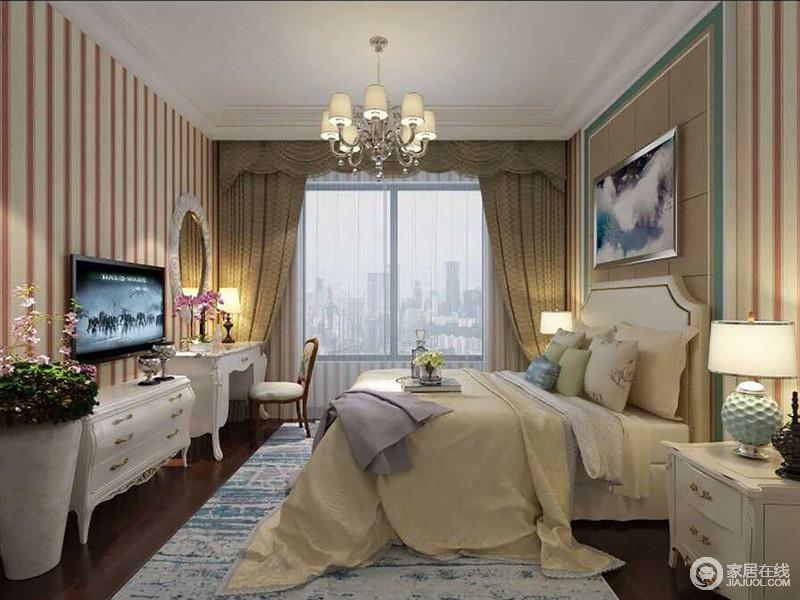 粉白条纹铺满整个卧室空间,少女感的甜美瞬间盈动室内,使空间洋溢着梦幻浪漫气息;床头柜和电视柜、梳妆台均使用白色配搭,纯粹的呼应着双人床;床品与地毯在米黄和蓝白间,制造层次;温柔的色彩,镌刻着空间的风尚格调。