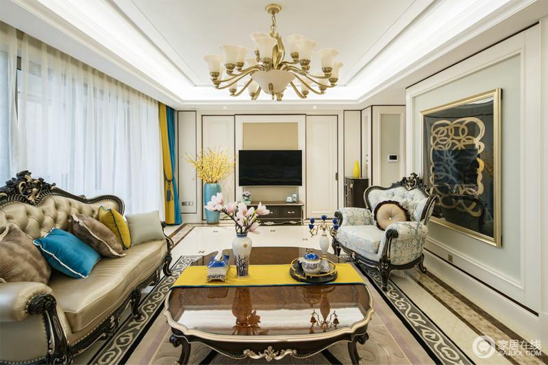 客厅选用舒适的皮制沙发,浅卡其色的沙发与颜色艳丽的地毯做一个对比,墙面装饰画也与地毯相呼应,让人走进来感觉到不是很单一,形成反差美,也突出了欧式风格的特点