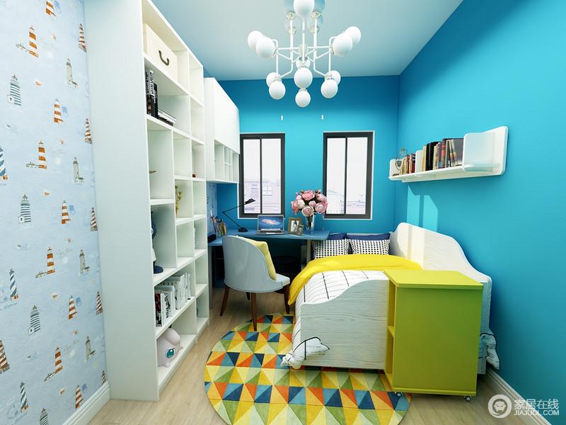 书柜以海蓝色粉刷墙面,搭配浅蓝色卡通壁纸,让空间充满蓝色梦幻;定制得书柜和书桌组合,满足孩子的藏书和学习需求,简单实用,黄色边柜搭配菱形地毯,给予主人舒适和贴心。