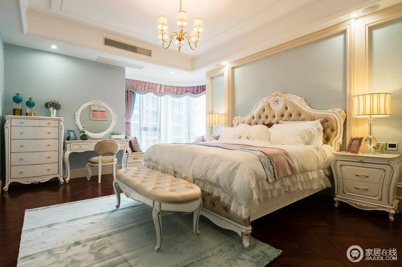 卧室主灯采用传统欧式吊灯使得房间更得静谧,床头柜上方的壁灯能够替代传统的墙面阅读灯;白色的柜体与墙面相得益彰,顶面的造型呈现一种几何美感,蓝色的挂画彰显艺术气息,为空间增加一丝趣味,浅色条纹与蓝色床品透露出丝丝柔软,比较安逸,创造一个温馨,舒适的休息环境。