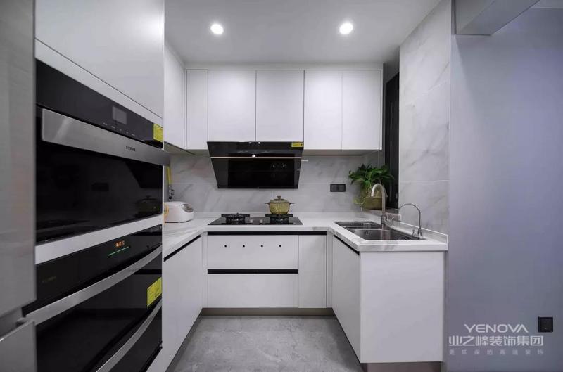 黑白格调的厨房
