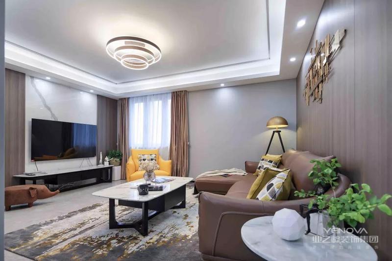 客厅电视墙以木饰面加大理石的对称设计,搭配黑白配的电视柜,整体显得时尚优雅大气!