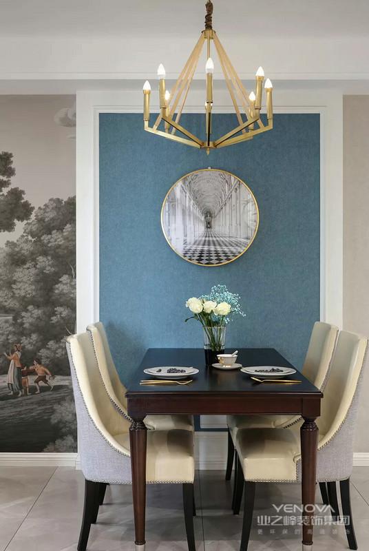 餐厅设计了立体感的设计造型,蓝色背景女主人很喜欢。