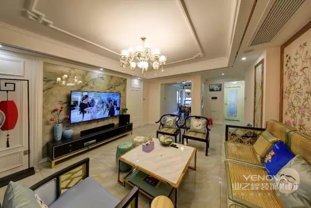 电视墙选用了具有独特纹路的大理石材质,搭上充满中式气息的花瓶,整个空间显得优雅又闲适,金属框架的大理石茶几与中式藤椅的沙发相结合后,散发出一股实用悠闲的氛围感~