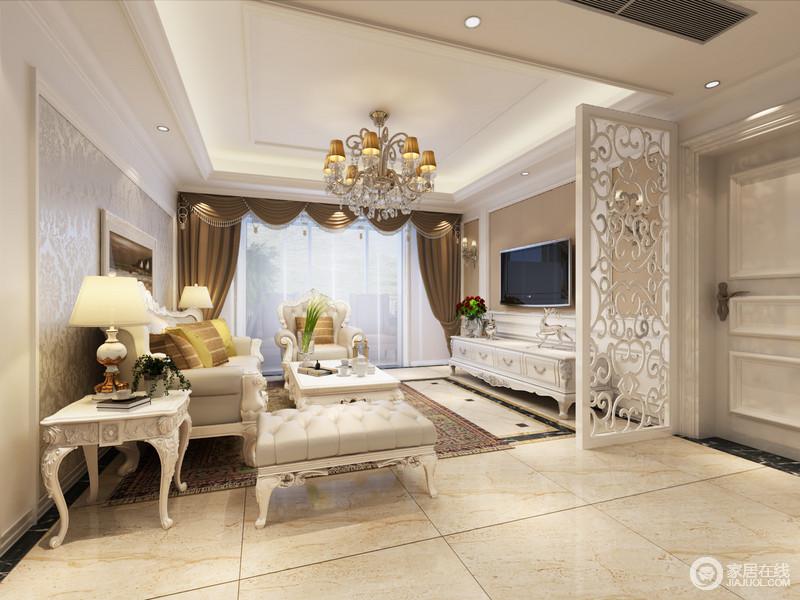 米白和驼色的搭配,将客厅营造的温柔浪漫;精致的壁纸印花,渲染着雕花镶饰的家具,呼应着隔断屏风上的镂空花纹,空间情调变得细腻而优雅;布艺色彩的深色点缀,在浅色系中形成鲜明的视觉层次。