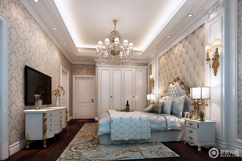 卧室矩形石膏吊顶结合新古典的建筑造型,从吊顶到巴洛克设计的墙面形成一个具有古典特色的空间;衣柜与白色古典家具搭配欧式吊灯、黄铜壁灯上演奢华;驼色罗马纽扣软包与浮雕壁纸以中性之色渲染沉稳,蓝色丝绸床品的精致与地毯繁复地花纹加重了空间的贵气。