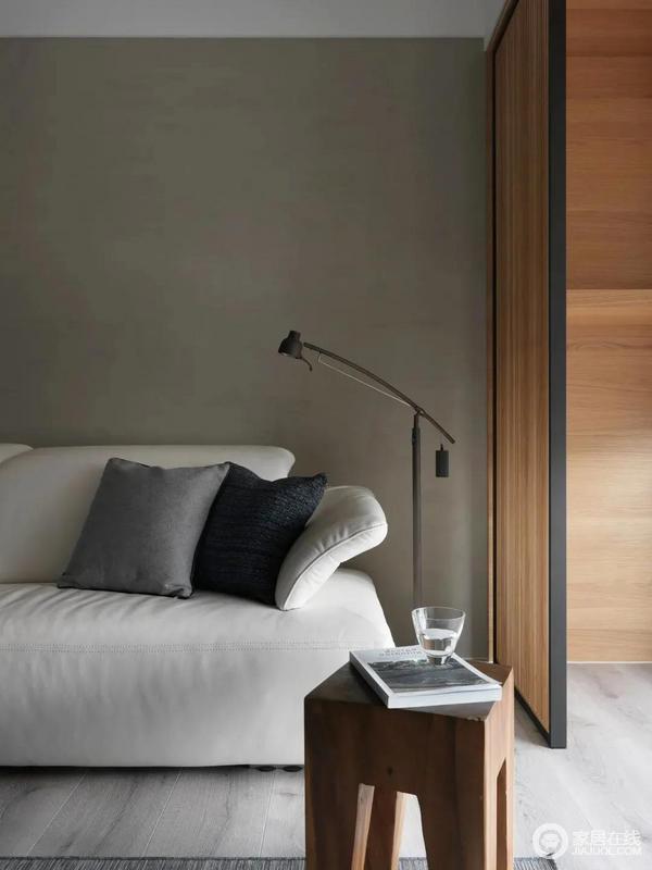 客厅与阳台落地窗之间,加入一道木质的屏风隔断,避免沙发区域的采光过于刺眼,也增加了沙发区域的私密性。