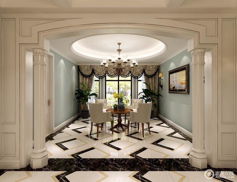 餐厅垭口采用气势拱形门大理石柱划分空间,地面上拼色方格花纹铺陈出活力,而墙面采用雅致温柔的浅灰蓝,视觉和氛围上加以调和平衡;大落地窗前盆栽绿植盎然,与室外自然呼应,呈现出惬意安然。
