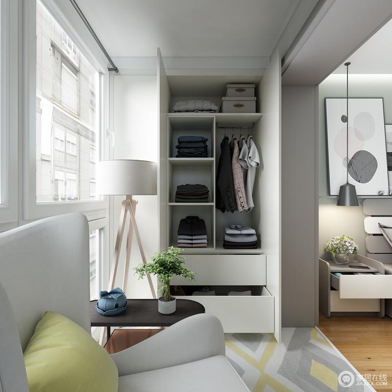 空间内的阳台被作了巧妙地设计,嵌入式白色衣柜成就了主人收纳有序的生活;落地粉与边几黑白之间,因为窗外的光线,也变得格外温情。
