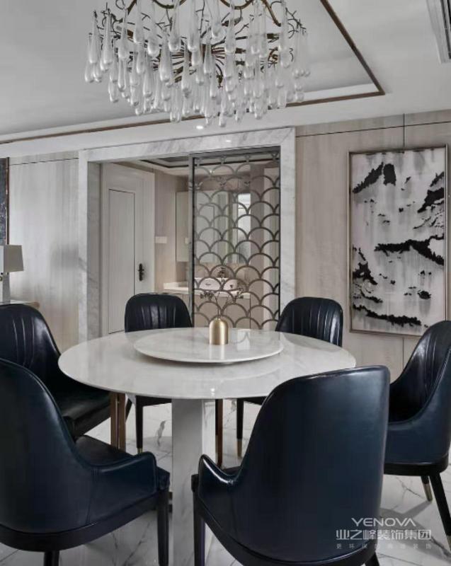 餐厅运用天然大理石门套,餐桌,山水画和水滴状的水晶灯作为装饰都体现了一种自然的回归
