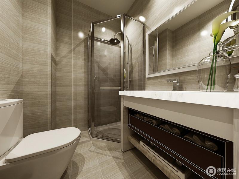 卫浴空间里墙面以大理石墙砖铺陈,理石表面的纹理状如条纹,使简约的空间多了份灵动。盥洗台下方的敦厚实木,带来一些厚重感;淋浴区依墙角而设,合理利用了空间。