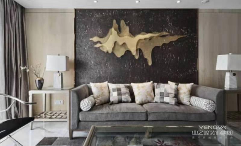 客餐厅背景墙面运用天然灰色实木饰面和软木墙纸,加以玫瑰金不锈钢线条收边,凸显质感