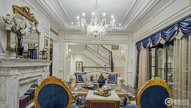 客厅宽敞而明亮,主色调是白色,墙面的镶金设计给予空间轻奢之余,更是多了几何华贵;驼色系的家具因为蓝色软装的点缀多了优雅,大理石的壁炉在欧式器物的陈列点缀中,欧式贵气