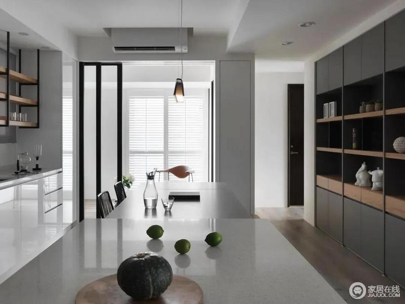 中岛台可以作为西餐料理的操作台,也能充满餐桌的辅助台面,窗户百叶帘的设计,让光线进入空间后更加自然柔和舒适。