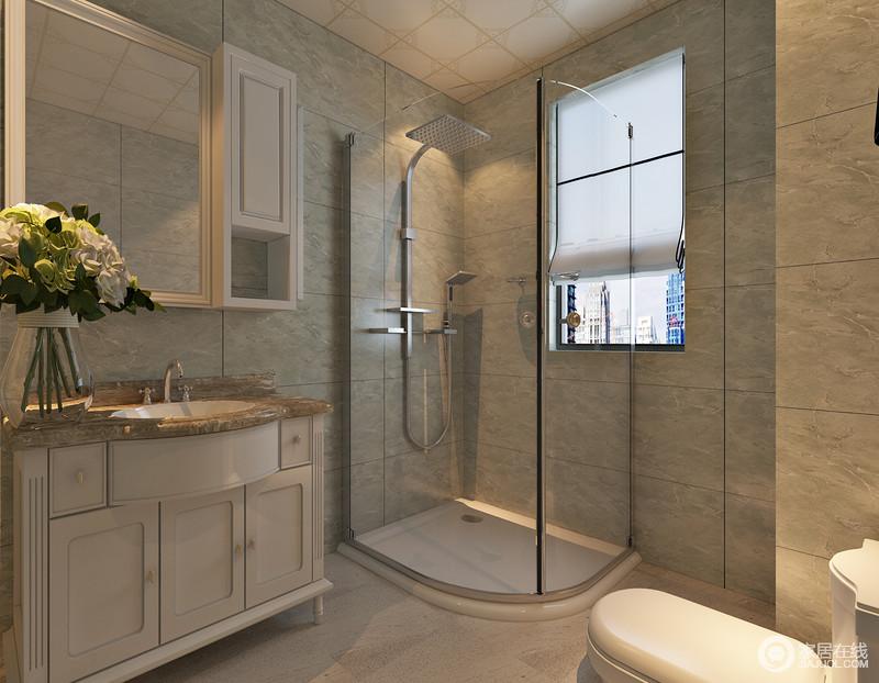 冰川灰内敛细腻,流露出的雅意搭配白色盥洗台,朴质中不失典雅;设计师把墙角设计成淋浴间,借窗户功能快速蒸发掉湿热的水汽,保持空间清爽度,且透明的玻璃具有通透性,不妨碍空间光线的映照。