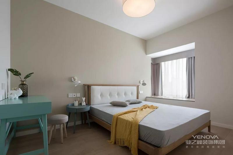 浅咖色的墙脚,带布艺靠背的木质床铺,整体简约的空间与家具,在暖色调的布置下,给人以温馨浪漫的舒适感。