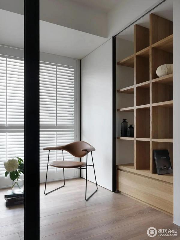 餐厅旁边的小阳台,装上推拉门后隔出一个小休闲区,布置休闲椅与书架收纳,在百叶帘的装饰下,整个空间充满轻松舒适的自然气息。