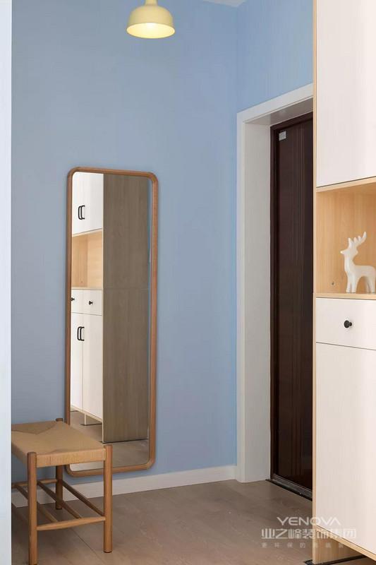 ▲玄关空间相对紧凑,一张换鞋凳+一面全身镜的布置,在进出门之前都提供了换鞋与整装的方便,而大门侧边的这一排收纳柜,也是提供了丰富的收纳。