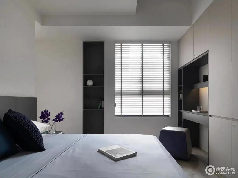 卧室空间简洁自然,床头靠背布置了一个灰色的靠背设计,摆上淡蓝色的床单,靠窗侧边装了一个开放的书架收纳,结合百叶帘的窗户设计,让空间显得更加温馨舒适。